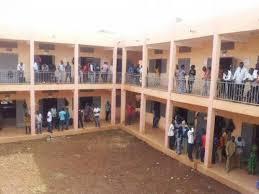Des candidats à l'attente de la reprise des examens. Photo web