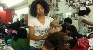 Un salon de coiffure bondée de cliente. Photo web
