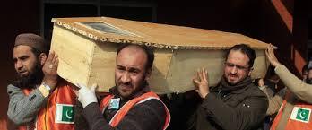 Des hommes transportant des corps après le carnage de Peshawar. Photo web